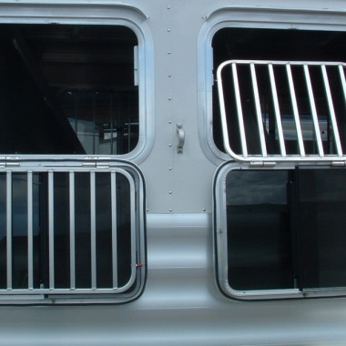 2016 FEATHERLITE 8533 4 HORSE VIEW OF WINDOWS