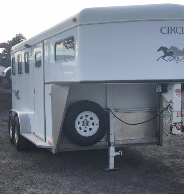 2002 Circle J Mirage 3H GN Right Front Side View